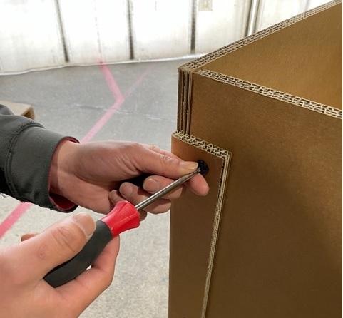 山崎梱包の強化段ボールは、汎用性の高いビス止め仕様も対応可能です